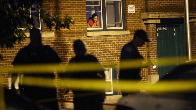 Policías investigan un crimen en Chicago