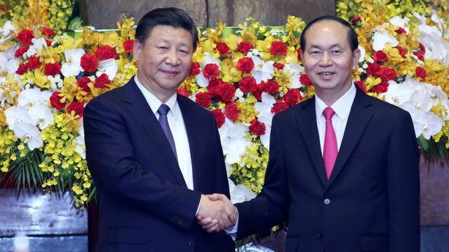 Chủ tịch Trần Đại Quang bắt tay Chủ tịch Trung Quốc Tập Cận Bình ở Hà Nội hôm 13/11/2017