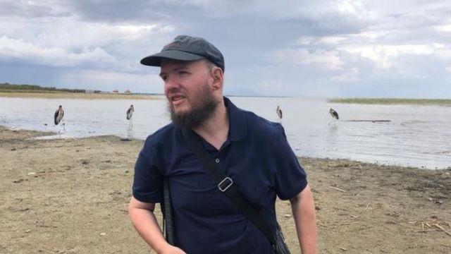 Tony Giless num lago na Etiópia