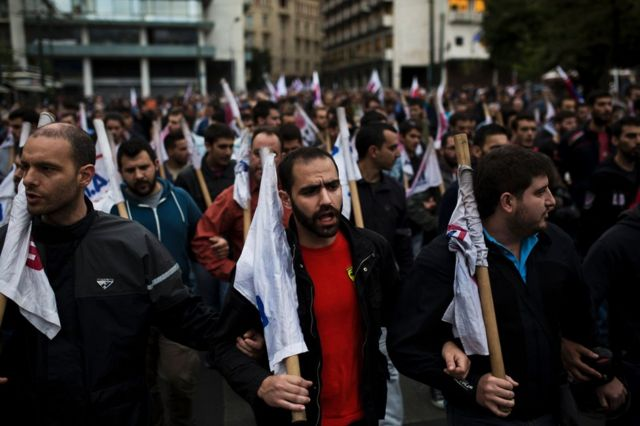 ギリシャ議会が緊縮予算案を可決するなか、議事堂前で抗議する人たち(22日、アテネ)