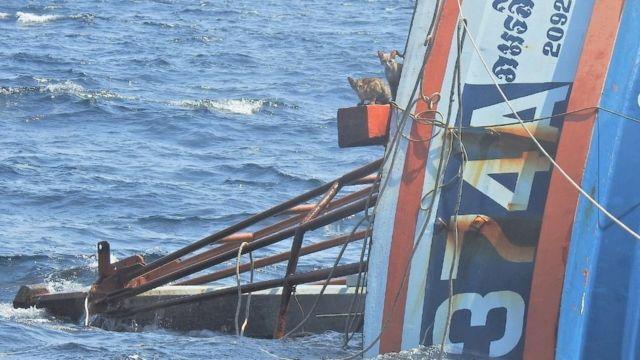 Los gatos miran desde un barco que se hunde en el mar de Andamán 2 de marzo de 2021