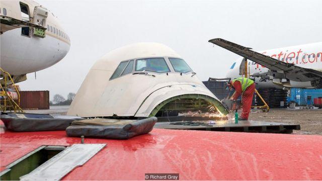 Avião despedaçado