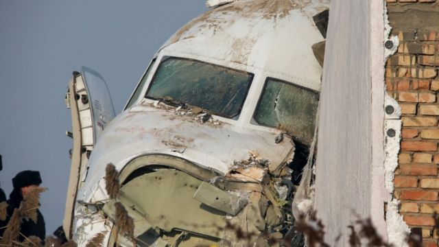 Самолет, врезавшийся в кирпичную стену