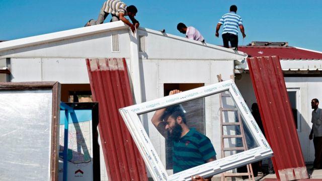 أفراد من حماس يزيلون بعض التجهيزات في معبر بيت حانون