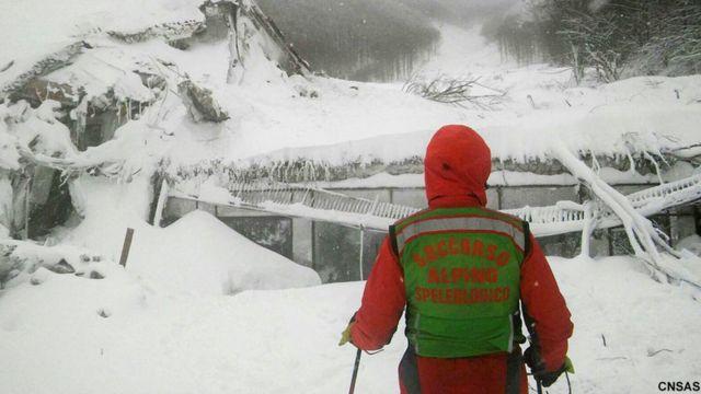 متزلج كان شاهدا على الانهيار الثلجي الذي طمر الفندق