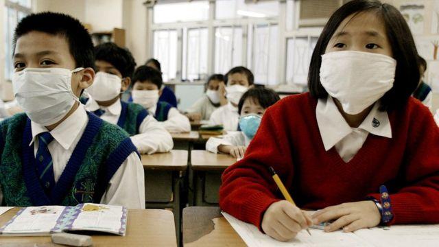 2003年非典型肺炎传入香港后,当地中小学生被要求上课都要戴着口罩,防止传染。