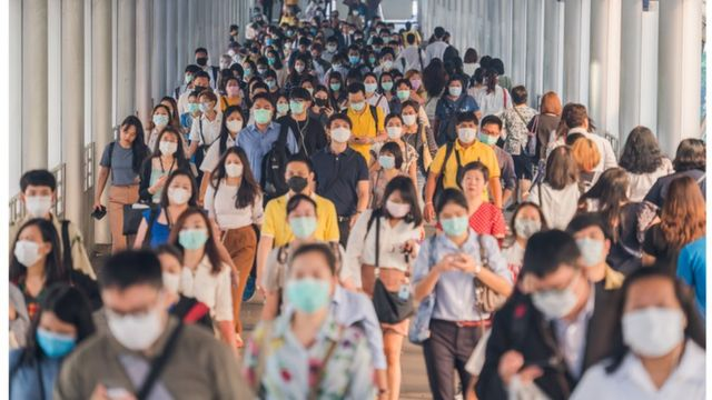 Pessoas andando em corredor