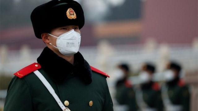 戴口罩的中国军人
