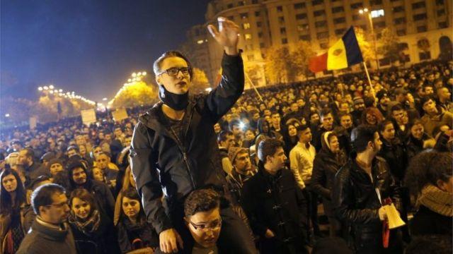 ブカレストの議事堂前で反政府スローガンを叫ぶ若者(4日)