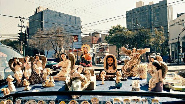 Santos expostos na rua no bairro de Roma