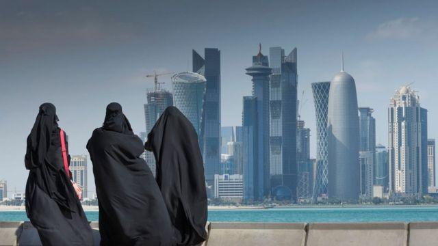 يمكن أن يُطلب من النساء في قطر إبراز إذن ولي أمرهن للعمل حتى لو لم يكن ذلك مطلوبا بموجب القانون
