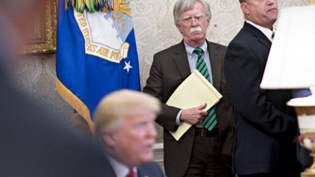 """特朗普说,朝鲜实现去核化的途径并非""""利比亚模式"""",其国家安全顾问博尔顿站在一旁。"""