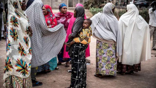 Mujeres en África cargan a sus bebés en la espalda.
