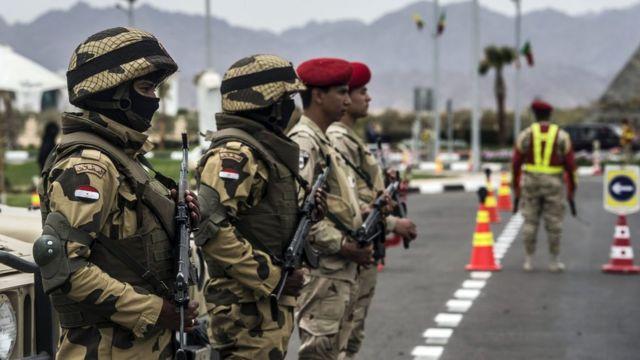 أفراد من الجيش المصري في نقطة أمنية