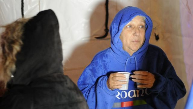 امرأة من سكان اوسيتا قضت ليلتها في خيام أقامتها السلطات