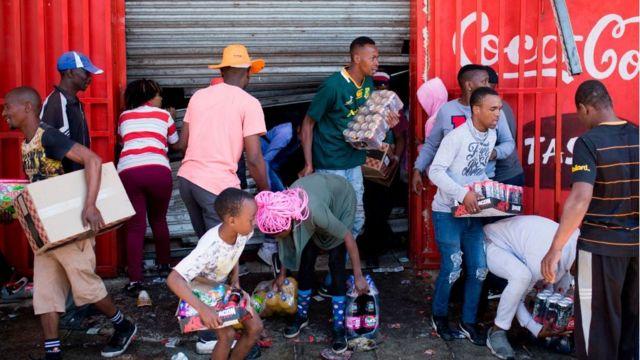 Scènes de pillages de magasins d'étrangers en Afrique du sud.