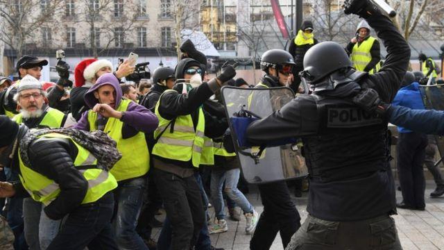 """Протест """"желтых жилетов"""" в Париже, 8 декабря"""