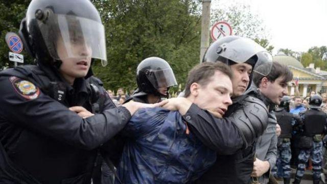 Поліцейські затримують учансика акції протесту