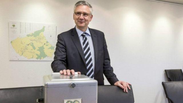 O prefeito da cidade, Andreas Glarner, para quem é melhor enviar dinheiro aos solicitantes de asilo