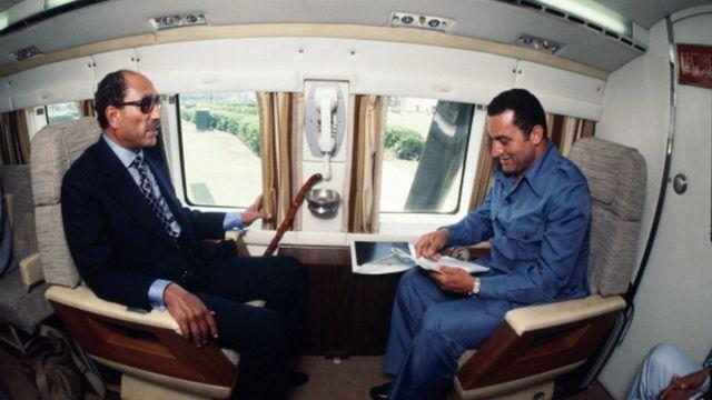 د مصر پخوانی ولسمشر انور السادات (چپ) له خپل مرستیال حسني مبارک سره په کال ۱۹۷۷ کې د ولسمشر په ځانګړې څرخي الوتکه کې مجلس کوي.