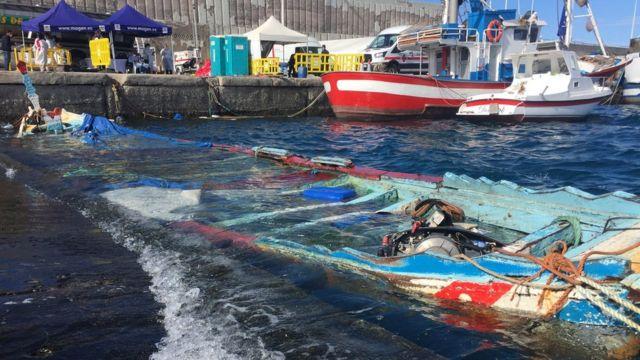 Une pirogue coulée au quai d'Arguineguín