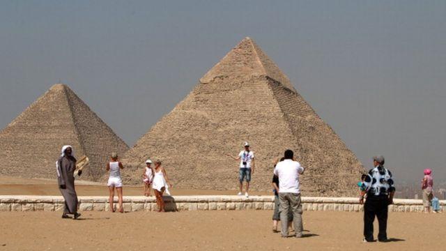 Ahraamaatka waa wayn ee ku yaalla xaafadda Giisa (Giza) ee Magaalada Qaahira.