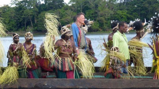 Allen en una canoa con una tribu