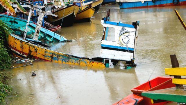 इंडोनेशियाच्या पँडेग्लांग बेटावर त्सुनामीमुळे झालेलं नुकसान