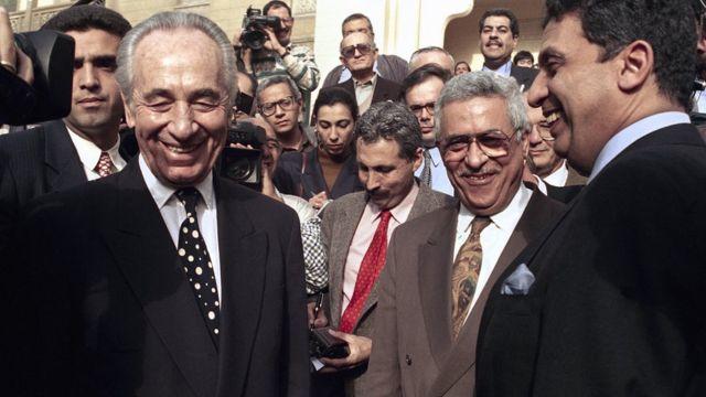 در این عکس که چند ماه بعد از امضای پیمان اسلو گرفته شده شیمون پرز (چپ) در کنار محمود عباس (وسط) و عمر موسی، وزیر خارجه وقت مصر دیده میشود که هر سه لبخند بر لب دارند