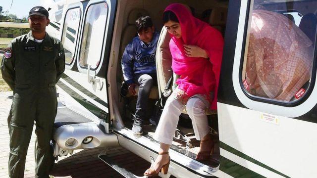 ملاله یوسفزی از هلیکوپتر خارج می شود