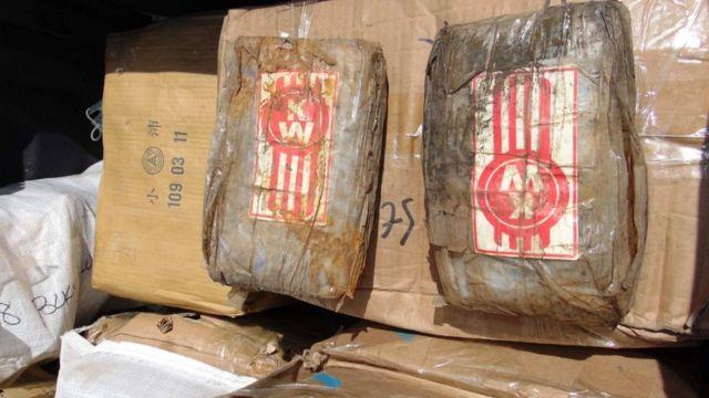 """Una caja llena con """"ladrillos"""" de cocaína."""