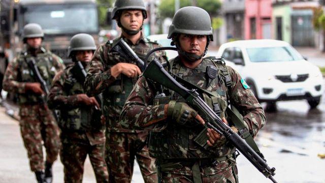 Militares brasileiros em operação no Rio