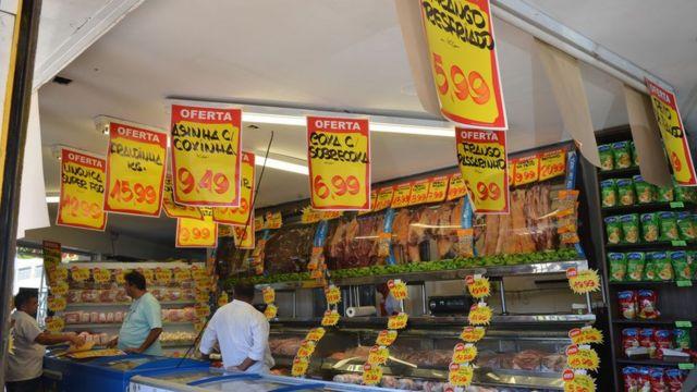 Cartazes de preço em açougue