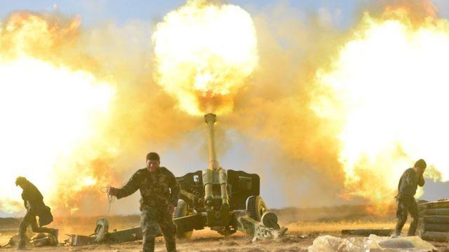 جنود يطلقون قذائف صاروخية