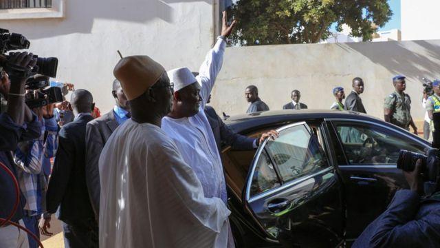 الرئيس المنتخب أداما بارو يحيي أنصاره في العاصمة السنغالية داكار