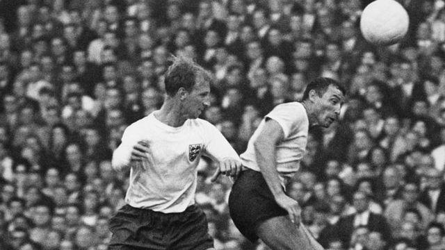 Jack Charlton en acción durante el mundial de Inglaterra 1966.