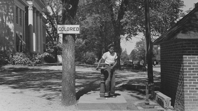 Fonte de água separada para 'pessoas de cor' em 1938, na Carolina do Norte