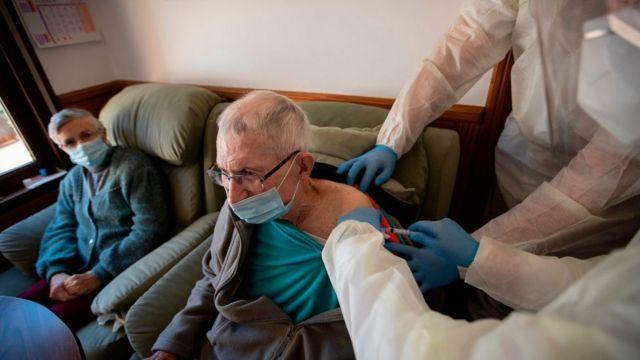 Vacunación en una residencia de ancianos en Mallorca, España.