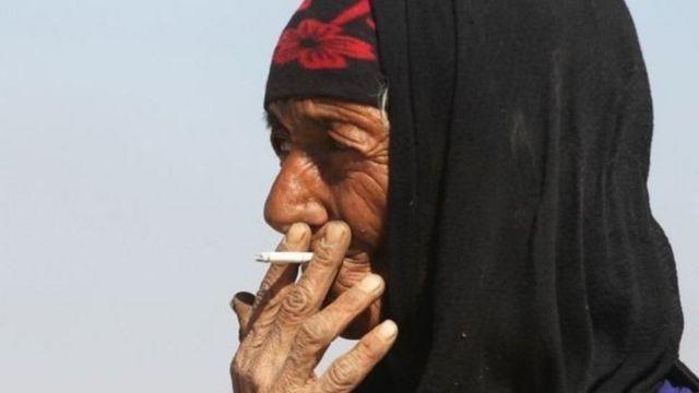 ધૂમ્રપાન કરતી મહિલા