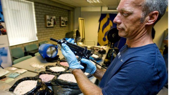Полиция изымает партию наркотиков