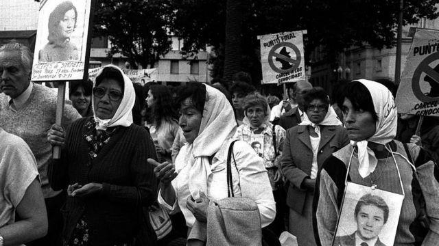 Madres de la Plaza de Mayo en una marcha en 1986