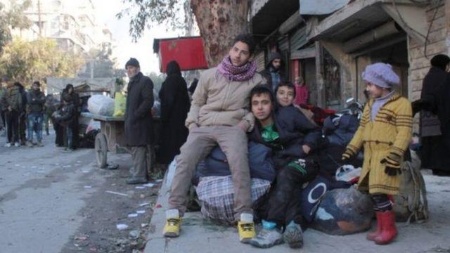 مدنيون في انتظار إجلائهم من شرقي حلب
