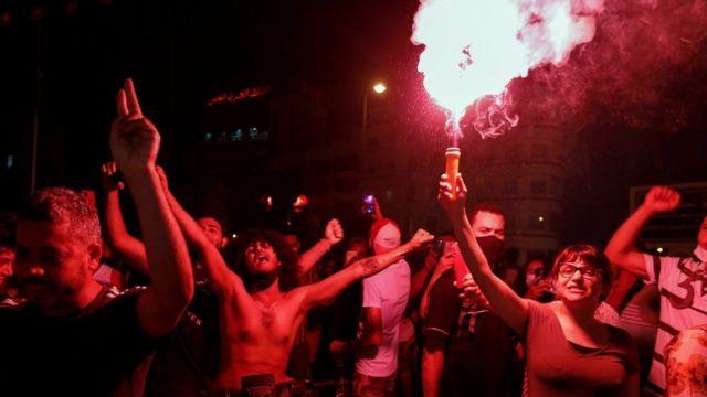 تظاهرکنندگان با شنیدن خبر برکناری هشام مشاشی از نخست وزیری، در خیابان ها به شادمانی پرداختند