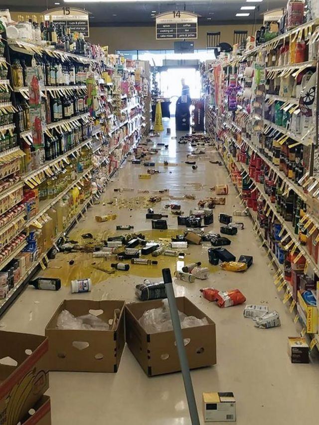 El sismo causó daños dentro de supermercados y comercios.