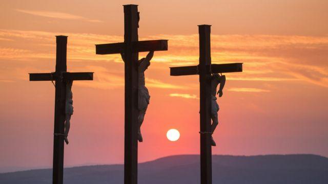 Três cruzes no entardecer