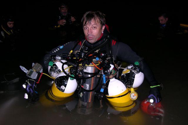 4つの酸素ボンベを運ぶシスコ・グラシアさん。ボンベ1つで1時間もつ
