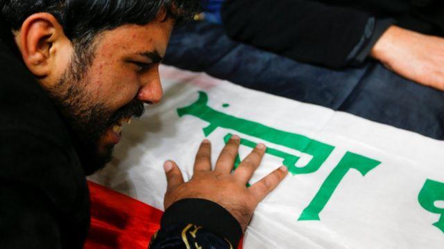 عراقي يبكي أمام نعش أحد ضحايا الهجوم