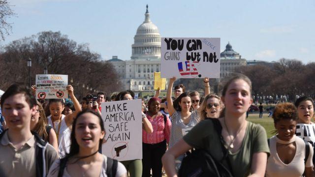Демонстрация учащихся перед Белым домом