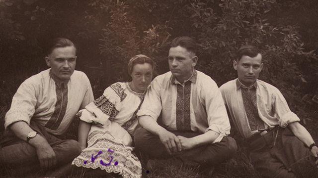 """Постанці з Костопільщини. У центрі """"Буйний"""" з дружиною. 1940-і роки"""