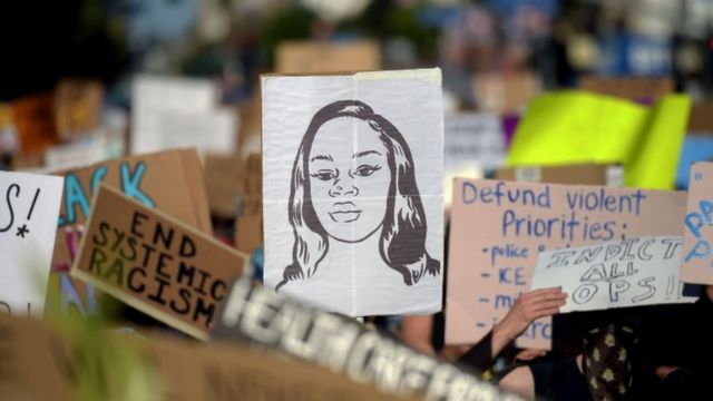 Un dibujo con el rostro de Breonna Taylor en una marcha en Hollywood, California.